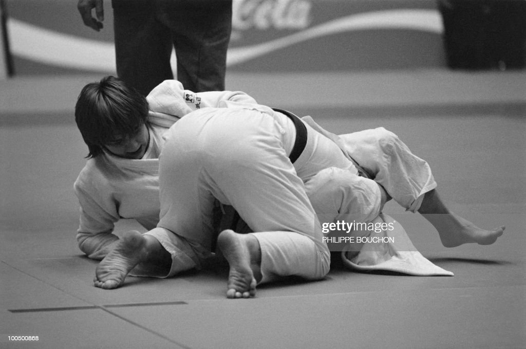 French Beatrice Rodriguez (L) tries to strangle Australian Suzanne Williams during the world championship final in judo , on December 5, 1982, in Paris. She won the gold metal (less than 56kg).