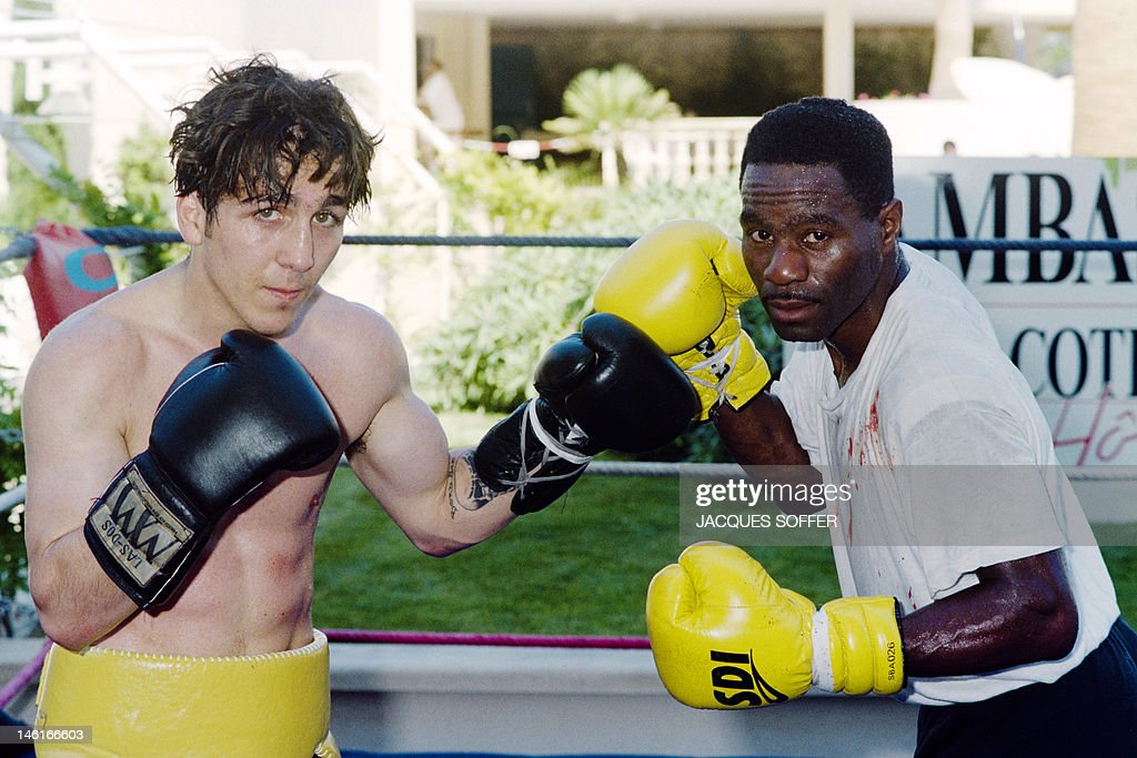 French boxer Fabrice Benichou (L) poses with US champion and partner Richard Savage during a training session on August 7, 1991 in the southern French city of Juan-les-Pins. Former professional boxer, Fabrice Benichou was admitted to a psychiatric hospital on June 10, 2012 after he has made three suicide attemps in just four days. AFP PHOTO / JACQUES SOFFER