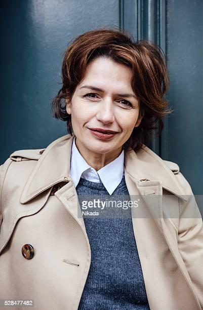 Français femme d'affaires debout à la porte