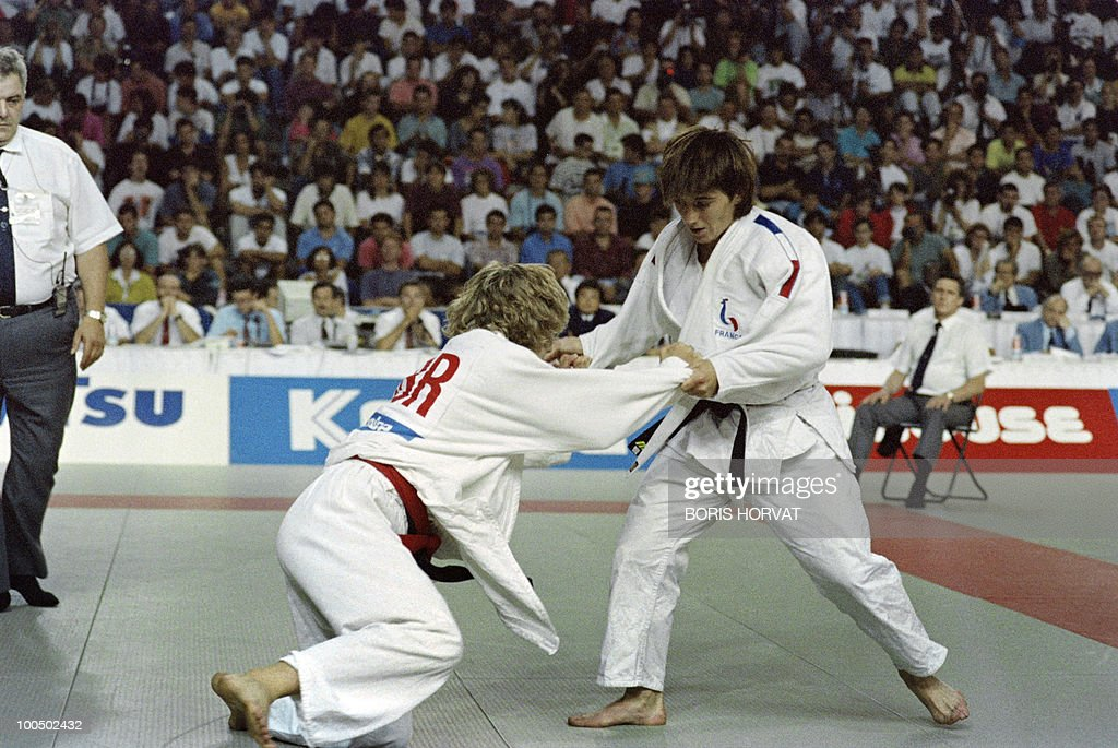 French Catherine Arnaud (R) and British Nicola Fairbrother fight during the World championships final in judo, on July 28, 1991, in Barcelona.