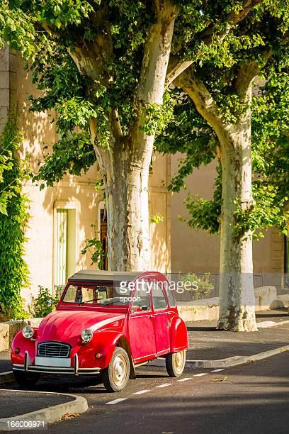 Française classique de voitures garées sous des arbres avion