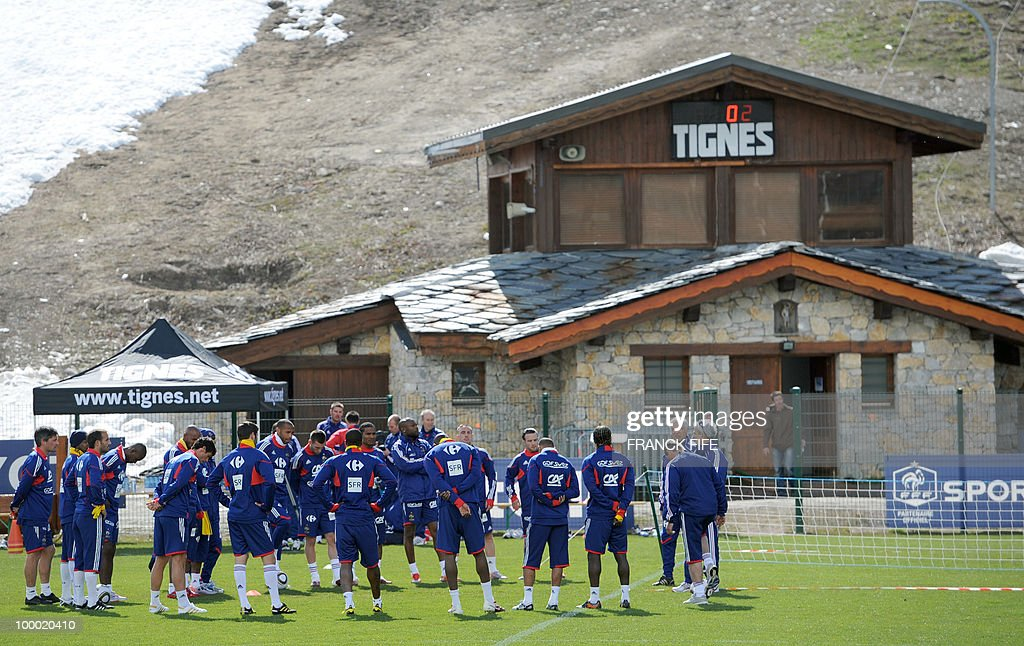 French coach Raymond Domenech (R) gives instructions to his players during a training session, on May 20 , 2010 in Tignes, French Alps, as part of their altitude training in preparation for the 2010 World cup in South Africa. France will play Uruguay in Capetown in its group A opener match on June 11.