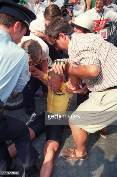 French cyclist Laurent Fignon collapses during the 21st phase of the 76th Tour de France cycling competition in Paris July 23 1989 Photo du cycliste...