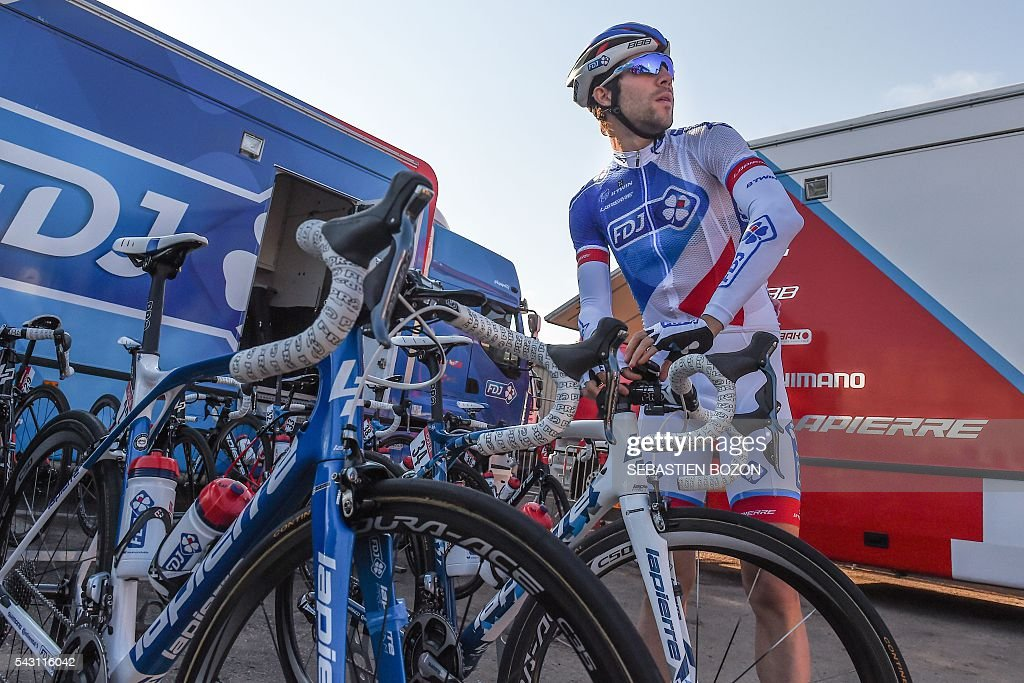 French Cyclist Thibaut Pinot (FDJ team) prepares his bike before the 2016 French cycling championships on June 26, 2015 in Vesoul, eastern France. / AFP / SEBASTIEN