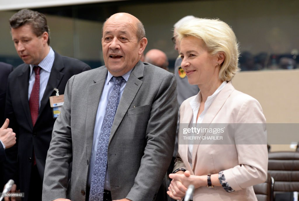 French Defence Minister Jean-Yves Le Drian (L) and German Defence Minister Ursula von der Leyen (R) arrive prior to the Global Coalition meeting against The Islamic State group IS, held at NATO headquarter in Brussels on February 11, 2016. / AFP / THIERRY CHARLIER