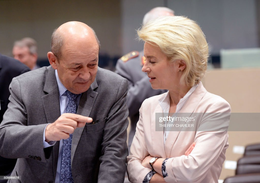 French Defence Minister Jean-Yves Le Drian(L) speaks with his German counterpart Ursula von der Leyen prior to the start of the Global Coalition meeting against the Islamic State group IS held at NATO headquarter in Brussels on February 11, 2016. / AFP / THIERRY CHARLIER