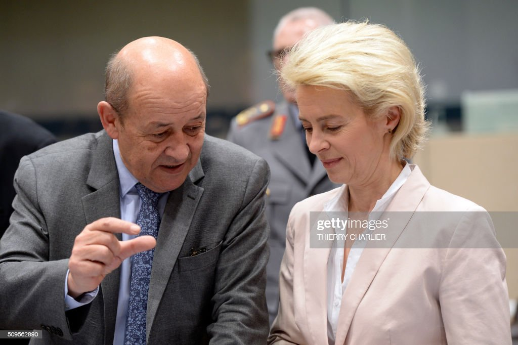 French Defence Minister Jean-Yves Le Drian (L) talks wih German Defence Minister Ursula von der Leyen (R) prior to a Global Coalition meeting held at NATO headquarter in Brussels, February 11, 2016. / AFP / THIERRY CHARLIER