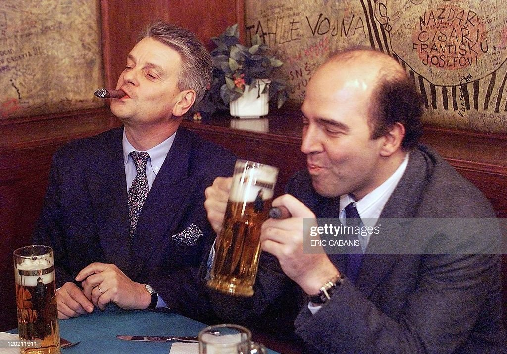 French Defense Minister Alain Richard and French deputy Minister in charge of European Affairs Pierre Moscovici enjoy a drink late 18 November in...