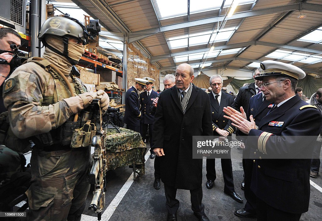 French Defense Minister Jean-Yves Le Drian (C) listens to explanations from a member of the French special forces on January 18, 2013 during a visit to the sniper commando base in the northwestern French town of Lanester. AFP PHOTO / FRANK PERRY.