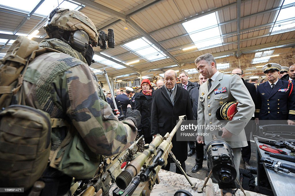 French Defense Minister Jean-Yves Le Drian (C) listens to the commander of French special forces, General Christophe Gomart (R), on January 18, 2013 during a visit to the sniper commando base in the northwestern French town of Lanester. AFP PHOTO / FRANK PERRY.