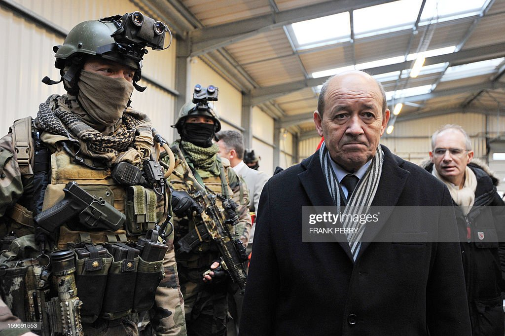 French Defense Minister Jean-Yves Le Drian (C) visits a sniper commando base of the French special forces on January 18, 2013 in the northwestern French town of Lanester. AFP PHOTO / FRANK PERRY.