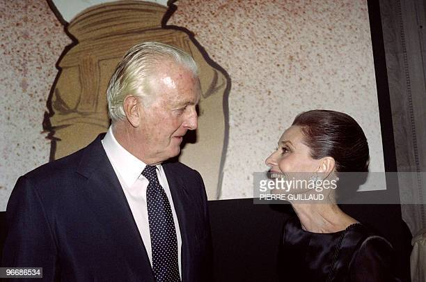 French designer Hubert de Givenchy and American actress Audrey Hepburn talk together on October 21 1991 at Galliera Museum in Paris during a...