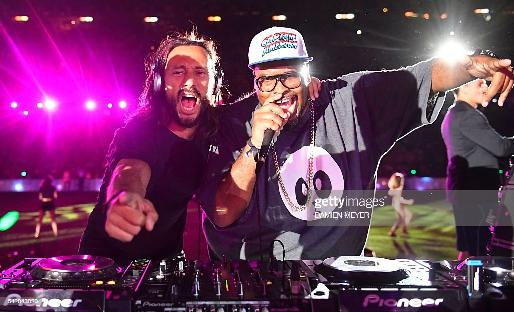 French DJ Bob Sinclar (L) and US DJ Big Ali sing and mix at the end of the French Top14 rugby union final match Toulon vs Racing 92 at the Camp Nou stadium in Barcelona on June 24, 2016. / AFP / DAMIEN