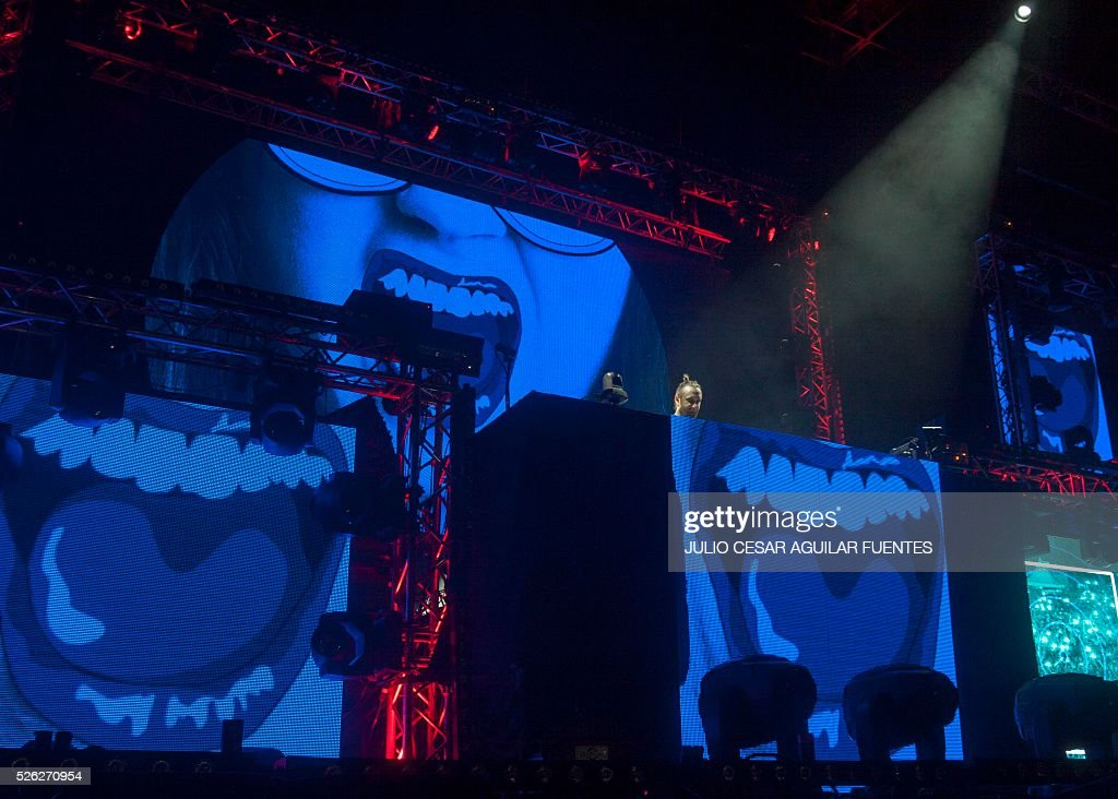 French DJ David Guetta performs at the arena Monterrey in Monterrey On April 30, 2016. / AFP / Julio Cesar Aguilar Fuentes