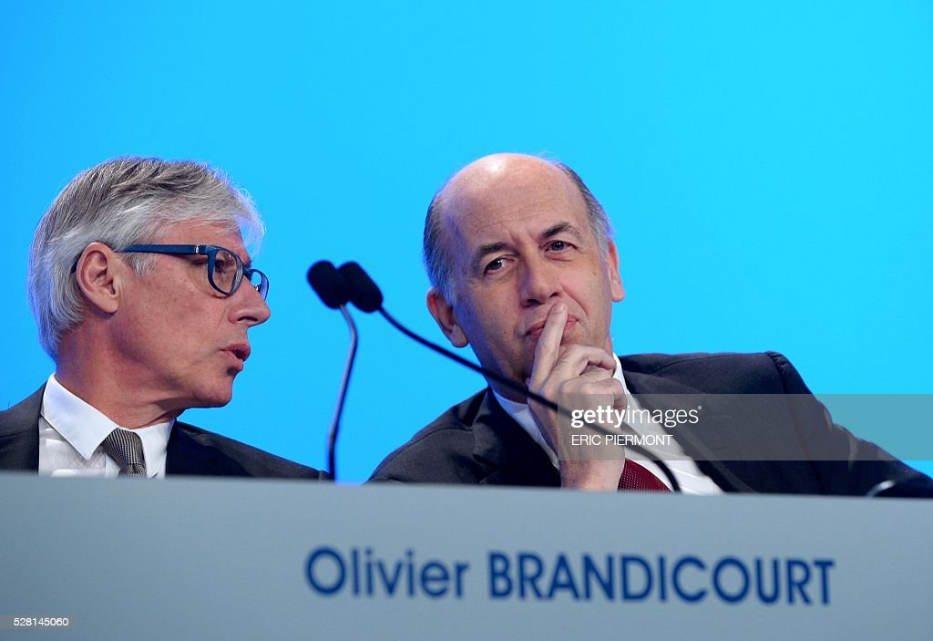 French drugmaker Sanofi chief executive officer Olivier Brandicourt (L) speaks to board of directors chairperson Serge Weinberg during the pharmaceutical group's general meeting in Paris on May 4, 2016. / AFP / ERIC