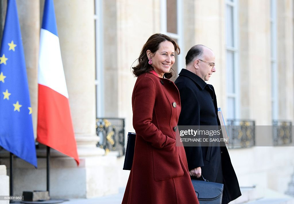 French Ecology Minister Segolene Royal (L) and French Interior Minister Bernard Cazeneuve leave the Elysee palace following the weekly cabinet meeting on February 10, 2016. AFP PHOTO / STEPHANE DE SAKUTIN / AFP / STEPHANE DE SAKUTIN
