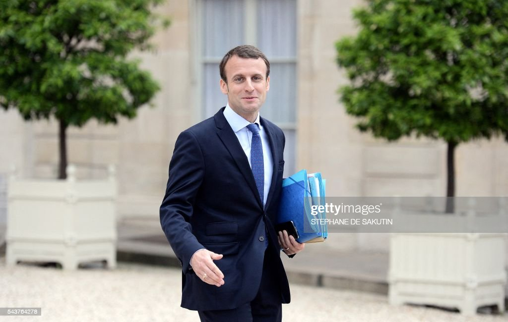 French Economy and Industry minister Emmanuel Macron leaves after a weekly cabinet meeting on June 30, 2016 at the Elysee presidential Palace in Paris. / AFP / STEPHANE