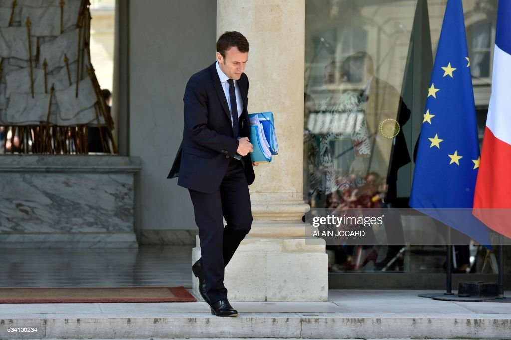 French Economy and Industry minister Emmanuel Macron leaves the Elysee presidential palace in Paris, on May 25, 2016, after the weekly cabinet meeting. / AFP / ALAIN