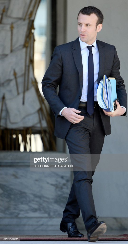 French Economy and Industry minister Emmanuel Macron leaves the Elysee presidential Palace after the weekly cabinet meeting in Paris on May 4, 2016.