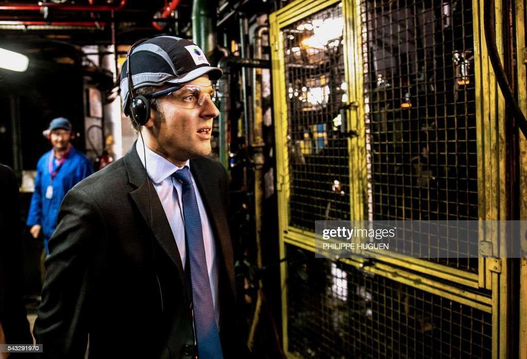 French Economy and Industry minister Emmanuel Macron visits the glass-making company Arc International in Arques, northern France, on June 27, 2016. / AFP / PHILIPPE