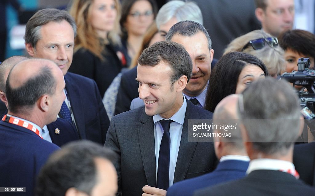 French Economy minister Emmanuel Macron (C) arrives for a meeting of the 'Association des petites villes de France' (Association of Small Towns in France) on May 27, 2016 in La Grande-Motte, southern France. / AFP / SYLVAIN
