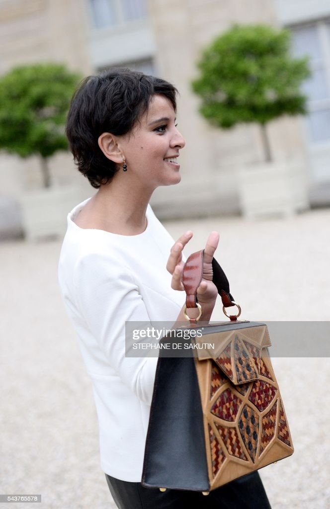 French Education minister Najat Vallaud-Belkacem holds her bag as she leaves after a weekly cabinet meeting on June 30, 2016 at the Elysee presidential Palace in Paris. / AFP / STEPHANE
