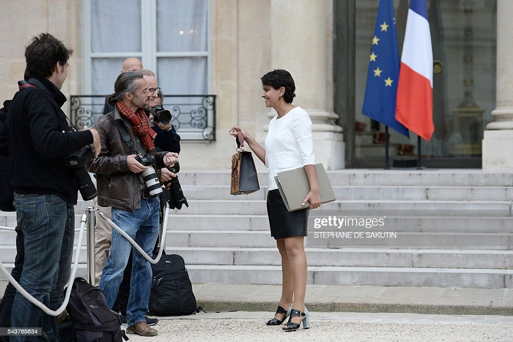 French Education minister Najat Vallaud-Belkacem holds her bag as she speaks with photographers after a weekly cabinet meeting on June 30, 2016 at the Elysee presidential Palace in Paris. / AFP / STEPHANE