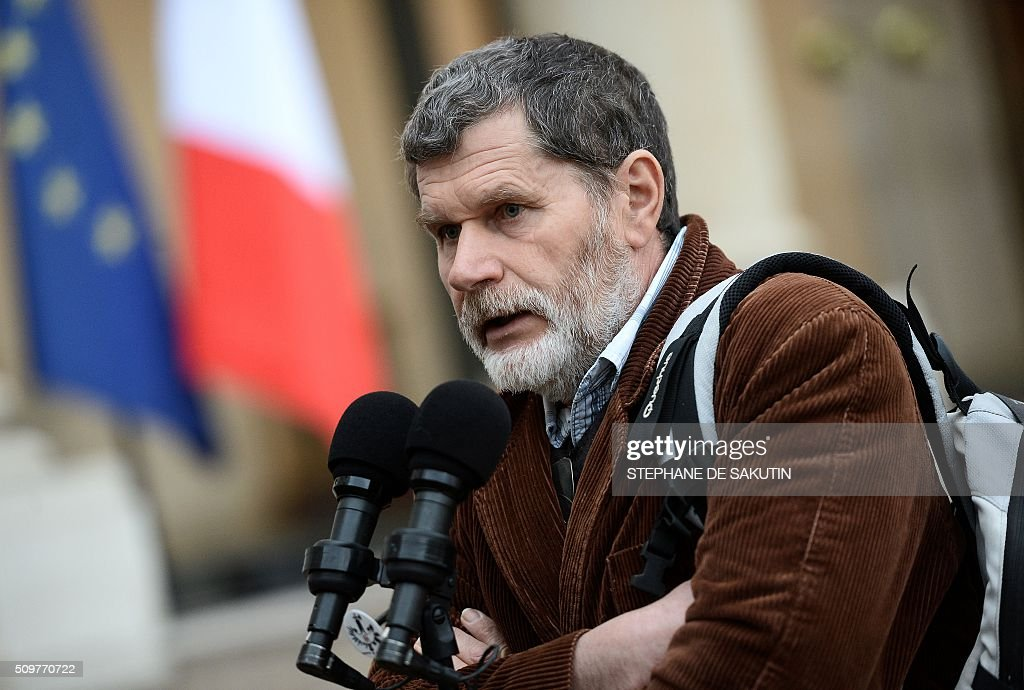 French farmer Marcel Thebault answers to journalists'questions after a meeting with France's Agriculture Minister and France's President at the Elysee Presidential Palace in Paris on February 12, 2016. / AFP / STEPHANE DE SAKUTIN