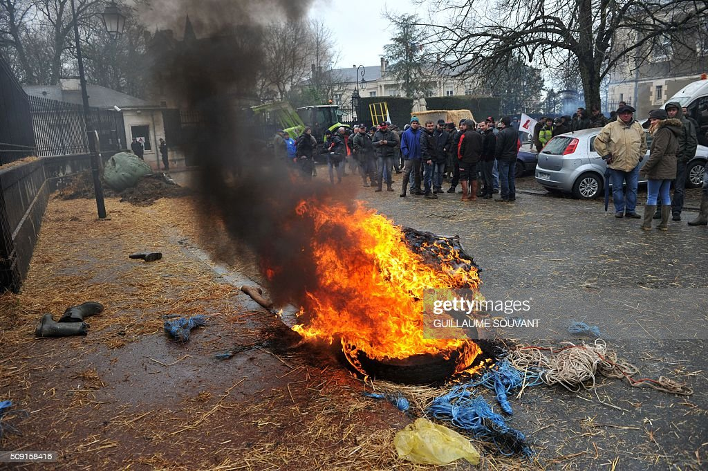 French farmers block the prefecture of Indre with burned tyres and hays, on February 9, 2016, in Chateauroux, central France, during a protest against the falling prices of agricultural products. / AFP / GUILLAUME SOUVANT