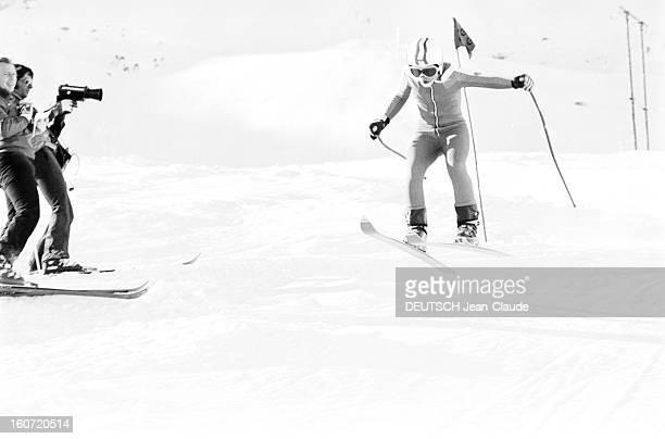 French Female Ski Team In Val D'isere Val d'Isère 1 Décembre 1975 L'Equipe féminine Française de ski alpin descente d'une skieuse en combinaison et...