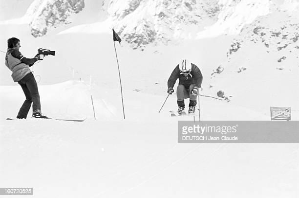 French Female Ski Team In Val D'isere Val d'Isère 1 Décembre 1975 L'Equipe féminine Française de ski alpin descente en position groupée d'une skieuse...
