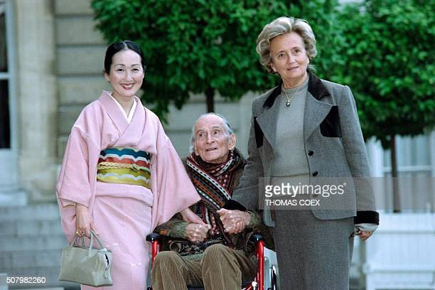 French First Lady Bernadette Chirac speaks on November 6 1998 with French painter Balthasar Klossowski aka Balthus and his wife Stesuko at the Elysee...