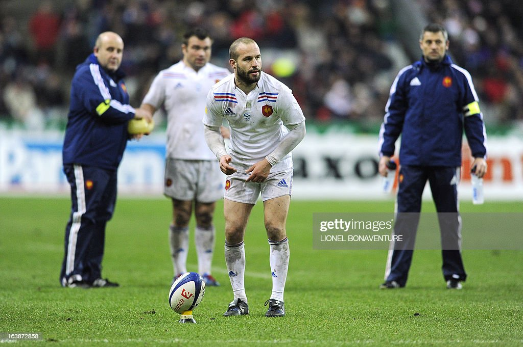 French fly half Frederic Michalak (C) prepares to shoot a penalty during the Six Nations International Rugby Union match France-Scotland at the Stade de France, in Saint-Denis, near Paris on March 16, 13. AFP PHOTO / LIONEL BONAVENTURE