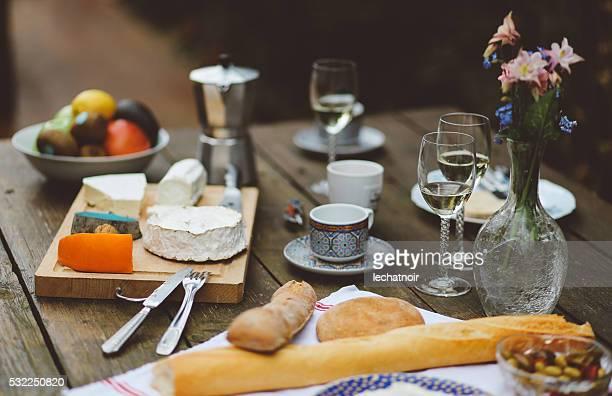フランス料理木製テーブルの上の