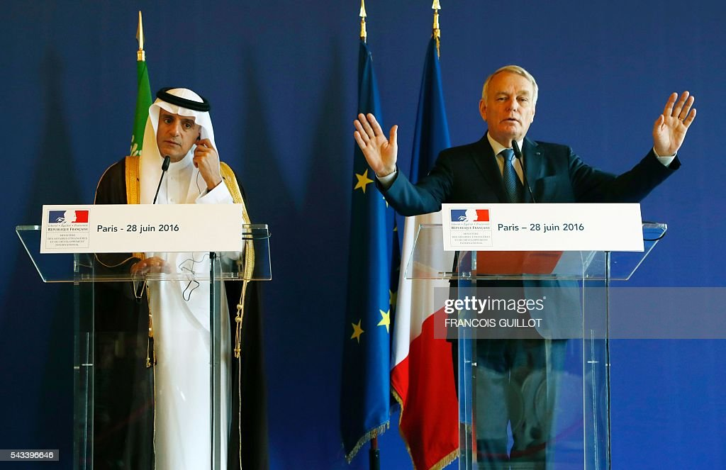 French Foreign Affairs minister Jean-Marc Ayrault (R) and his Saudi counrterpart Adel al-Jubeir (R) give a press conference after a meeting on June 28, 2016 in Paris. / AFP / FRANCOIS