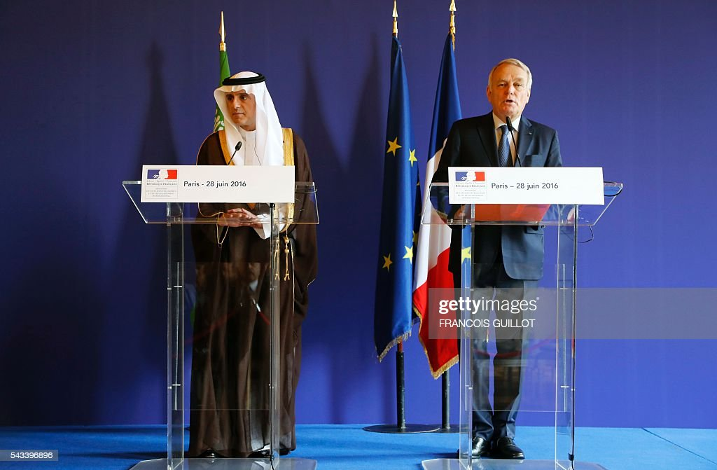 French Foreign Affairs minister Jean-Marc Ayrault (R) and his Saudi counrterpart Adel al-Jubeir (R) speak during a press conference after a meeting on June 28, 2016 in Paris. / AFP / FRANCOIS