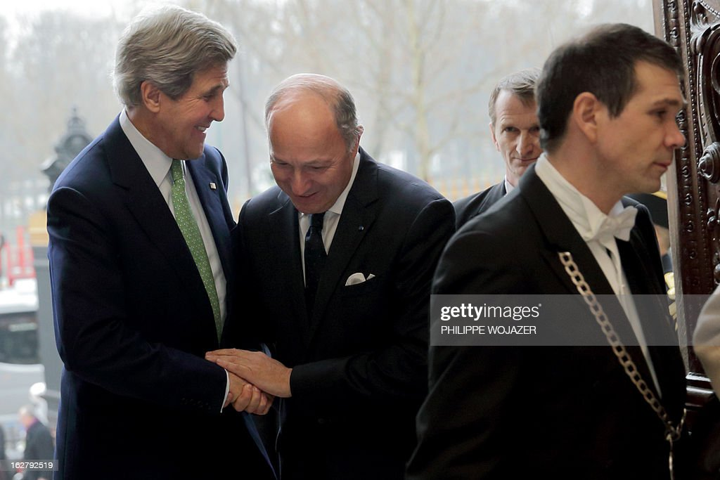 French Foreign Affairs Minister Laurent Fabius (C) welcomes U.S. Secretary of State John Kerry (L) at the Quai d'Orsay Ministry in Paris on February 27, 2013. AFP PHOTO / POOL / Philippe Wojazer