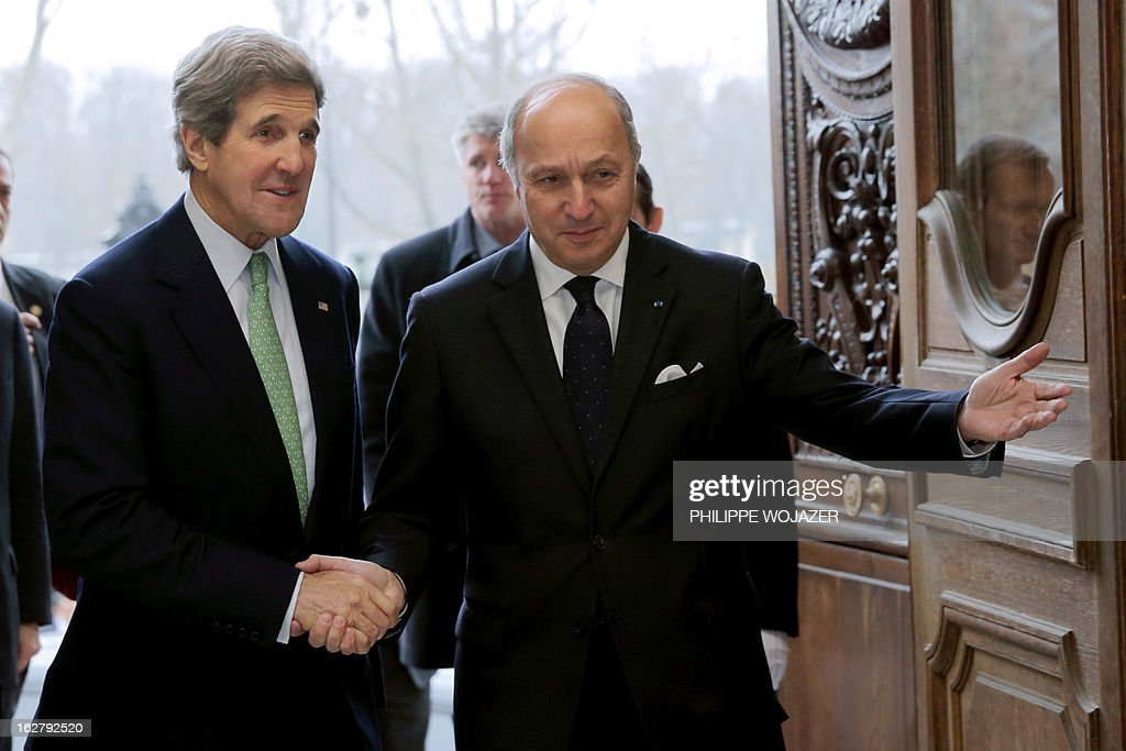 French Foreign Affairs Minister Laurent Fabius (R) welcomes U.S. Secretary of State John Kerry (L) at the Quai d'Orsay Ministry in Paris on February 27, 2013. AFP PHOTO / POOL / Philippe Wojazer