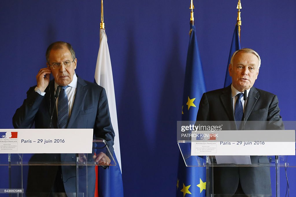 French Foreign minister Jean-Marc Ayrault and his Russian counterpart Sergei Lavrov give a press conference after their meeting at the Quai d'Orsay in Paris on June 29, 2016. / AFP / PATRICK