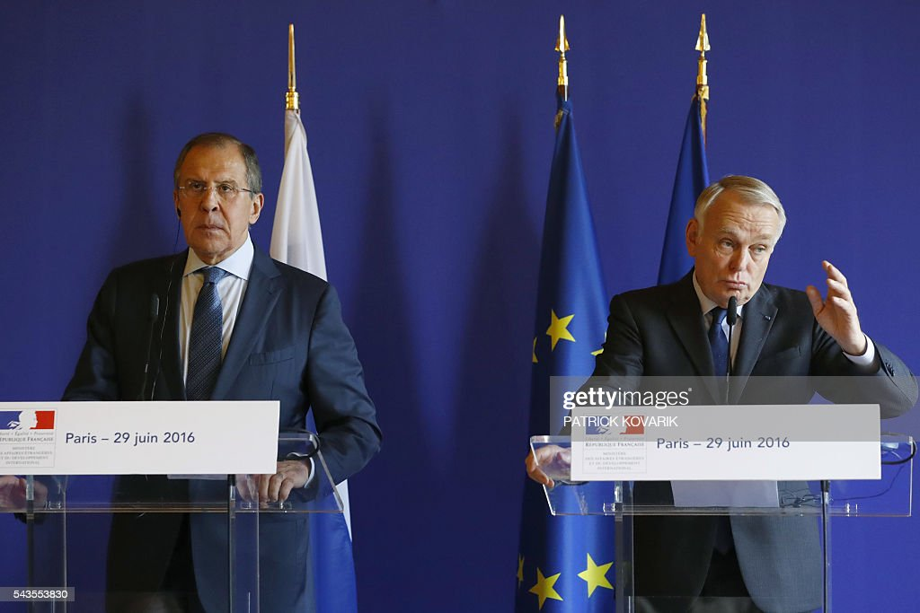 French Foreign minister Jean-Marc Ayrault (R) and his Russian counterpart Sergei Lavrov give a press conference after their meeting at the Quai d'Orsay in Paris on June 29, 2016. / AFP / PATRICK