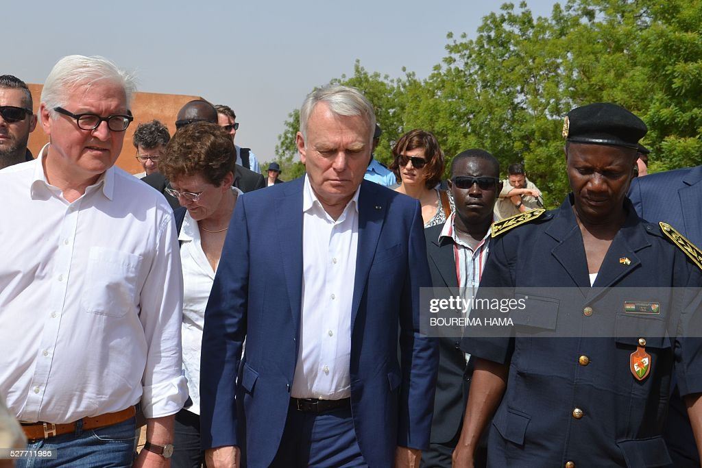 French Foreign minister Jean-Marc Ayrault (C), German Foreign minister Frank-Walter Steinmeier (L) and Niger's Antiterrorist unit commander Abdoulaye Kaka (R) walk following their meeting in Niamey on May 3, 2016, as part of a two-day visit to Mali and Niger. German Foreign Minister Frank-Walter Steinmeier and French counterpart Jean-Marc Ayrault pay a tw-day visit to Mali and Niger on May 2-3, 2016. / AFP / BOUREIMA