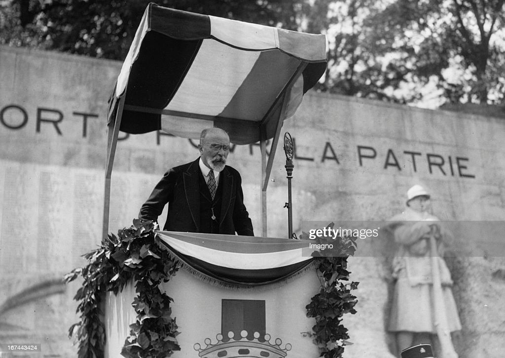 French foreign minister Louis Barthou giving a speech in front of the monument in Bayonne / France. 1934. Photograph. (Photo by Imagno/Getty Images) Der französische Außenminister Louis Barthou hält eine Ansprache vor dem Denkmal in Bayonne/Frankreich. 1934. Photographie.