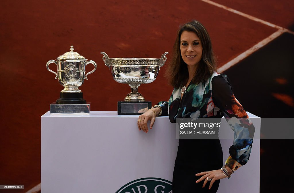 French former tennis player Marion Borteli poses with the French Open trophy at a shopping mall in New Delhi on February 7, 2016. This year's championship will be played from May 22 to June 5. AFP PHOTO / SAJJAD HUSSAIN / AFP / SAJJAD HUSSAIN
