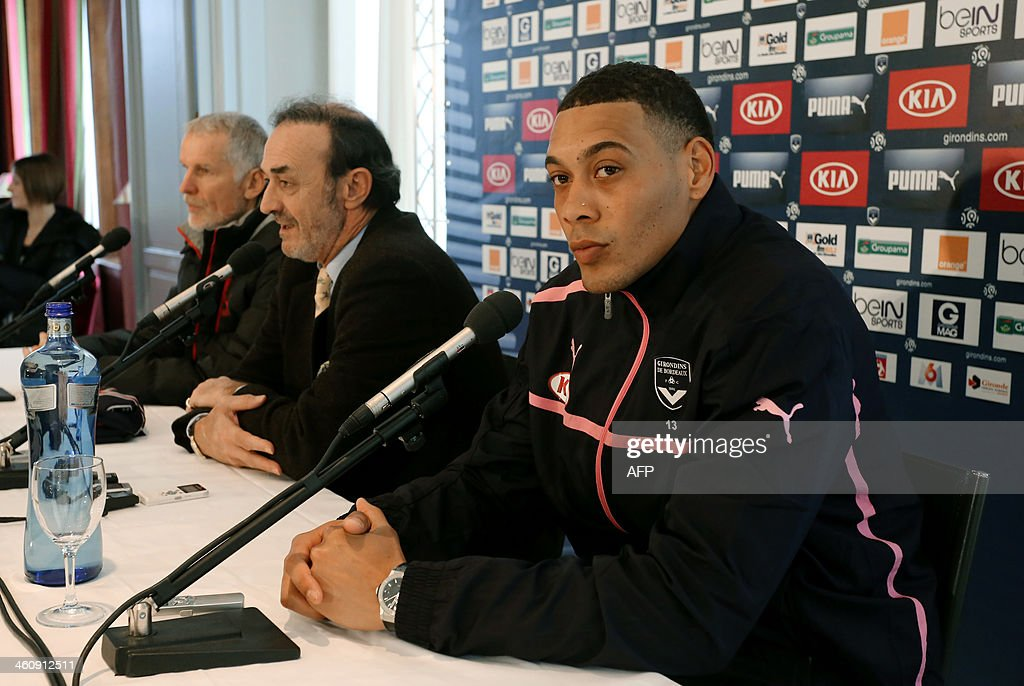 French forward Guillaume Hoarau (R) attends a press conference a day after he signed a contract with Bordeaux's football club with the club's president Jean-Louis Triaud (C) and coach Francis Gillot (L) on January 6, 2014 in Le Haillan, near Bordeaux. Hoarau, 29, was a free agent after leaving Chinese club Dalian Aerbin following a disappointing spell in the Far East.