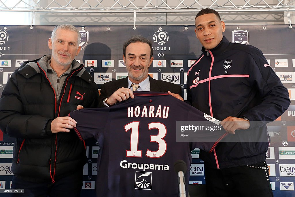 French forward Guillaume Hoarau (R) poses a day after he signed a contract with Bordeaux's football club with the club's president Jean-Louis Triaud (C) and coach Francis Gillot (L) on January 6, 2014 in Le Haillan, near Bordeaux. Hoarau, 29, was a free agent after leaving Chinese club Dalian Aerbin following a disappointing spell in the Far East.