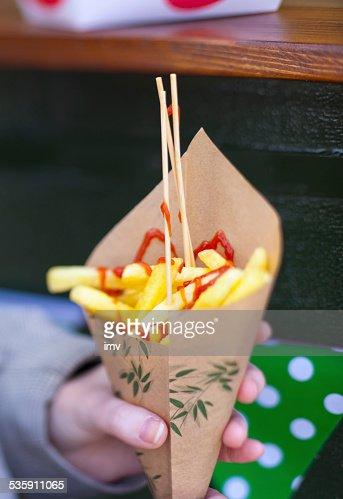 Batatas fritas em um cone de papel. : Foto de stock