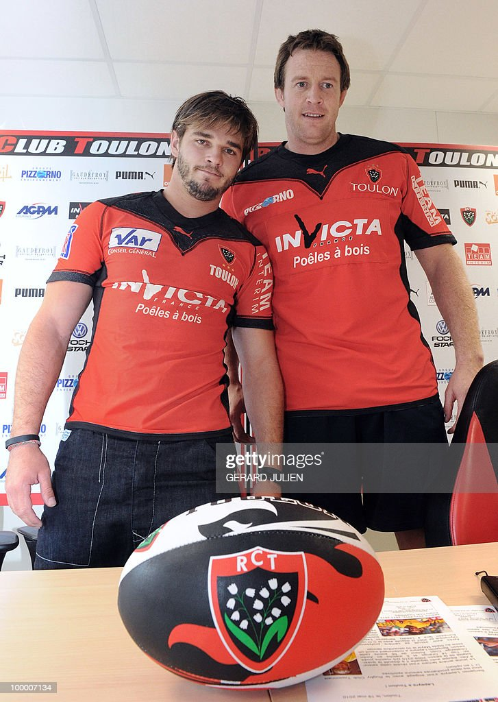 French fullback Benjamin Lapeyre (L) et second row English Dean Schofield (R) pose with their new Toulon jersey on May 19, 2010, southern France. Lapeyre and Schofield have joined the French Club of Toulon for the next two seasons.