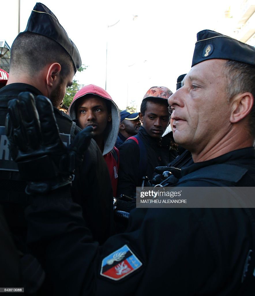 French Gendarmerie proceeds to the evacuation of migrants at the Pajol hall on June 29, 2016 in Paris. The police started early on June 29, 2016, the evacuation of several hundreds of migrants, from a camp at the former SNCF Hall 'Pajol'. / AFP / MATTHIEU