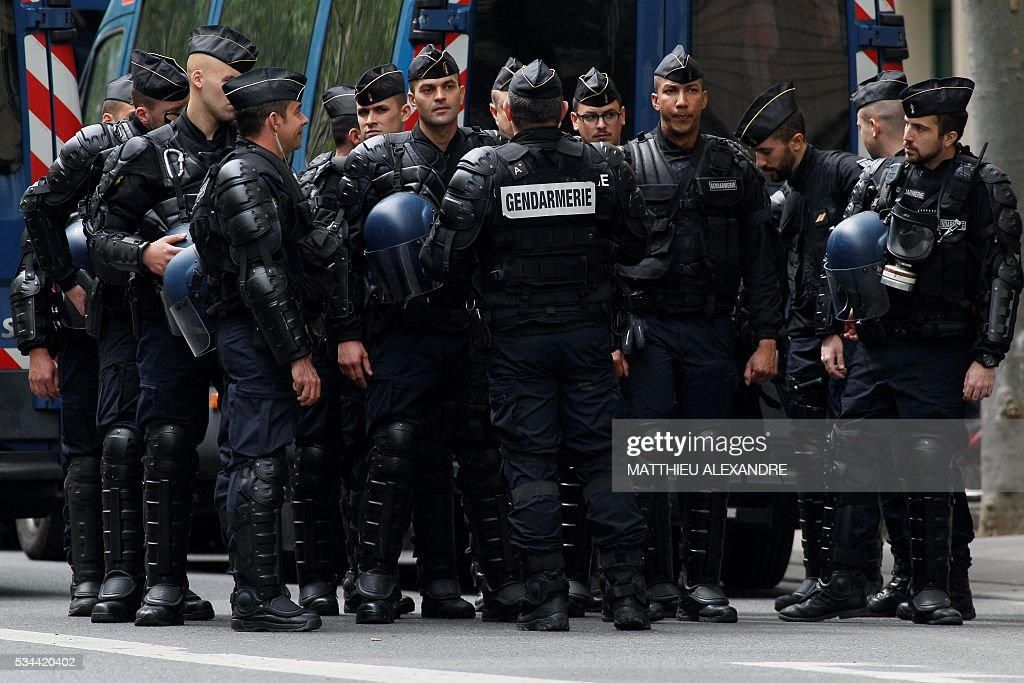 French Gendarmes block a street during an operation to arrest a man, registered as a radical Islamist by police and with an alleged pyschiatric disorder, secure the area outside his apartment on May 26, 2016 on boulevard Henri IV in Paris, after his father alerted the police. The man, suspected of wanting to leave for Syria to join a jihadist organization, was arrested around noon. / AFP / MATTHIEU