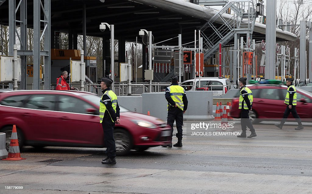 French gendarmes control vehicles on December 28, 2012 at the Fleury-en-Bière's toll. AFP PHOTO/JACQUES DEMARTHON